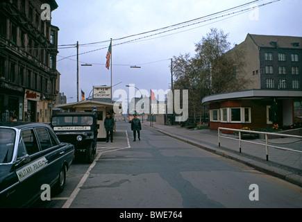 Checkpoint Charlie (ou 'C'), Berlin, Allemagne, 1971, le principal point de passage entre l'Est et l'ouest le long Banque D'Images