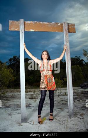 Jeune femme portant robe de soirée argent avec bonnet et écharpe · Belle jeune  femme portant un multi color mini robe avec collants noirs se tient sous un 8c466665933f