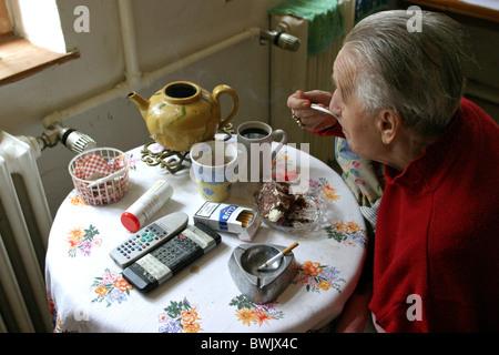 Un vieillard en fauteuil roulant en regardant par la fenêtre, Potsdam, Allemagne Banque D'Images