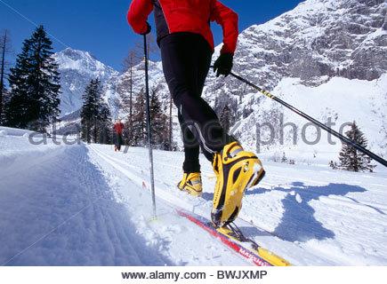 Un couple le ski de fond dans le paysage couvert de neige, Tyrol, Autriche, Europe Banque D'Images