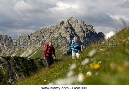 Couple hiking dans les montagnes, montagne, Alpes Tannheimer Allgaeu, Tirol, Autriche, Europe Banque D'Images