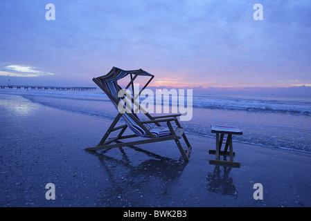 Chaise de plage au lever du soleil, plage de Lido di Venezia, Venise, Vénétie, Italie Banque D'Images