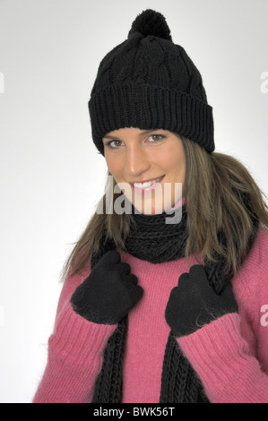 ... Femme à l intérieur portrait d hiver froid habillé de rire cap hat  Foulard 8b3bf2ad79d