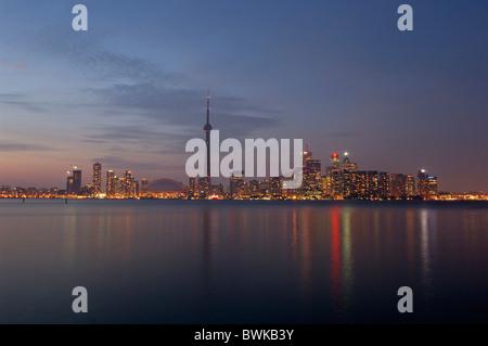 Le lac Ontario lake town city skyline twilight à la tombée de la nuit nuit humeur le Lac Ontario Toronto (Ontario)