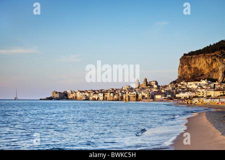 Plage, vieille ville, de la cathédrale et de la falaise La Rocca, Cefalú, Palerme, Sicile, Italie Banque D'Images
