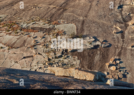 Couches de granit exfolié à Little Rock à Enchanted Rock State Natural Area dans la montagne près de Fredericksburg, au Texas, USA