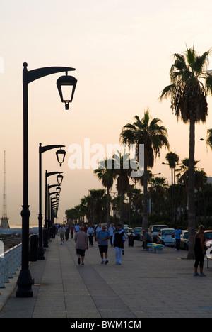 Les gens qui marchent sur la promenade au lever du soleil à Beyrouth Liban Moyen Orient Banque D'Images