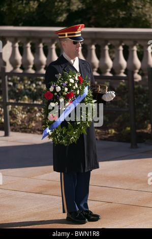 Garde d'honneur auprès de la tombe de l'inconnu (tombe du Soldat Inconnu) dans la région de Arlington National Cemetery Banque D'Images