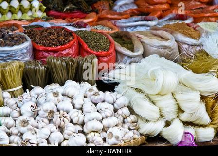 Produits alimentaires pour la vente au marché, le Xishuangbanna, Yunnan, Chine Banque D'Images