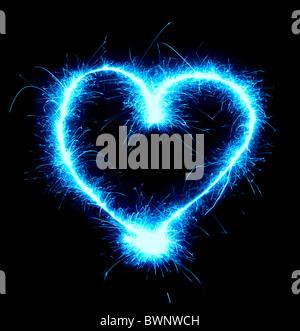 Forme de coeur bleu étincelant isolé sur fond noir