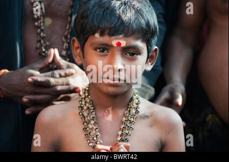Jeune Indien sur Ayappa pèlerinage. L'Andhra Pradesh, Inde