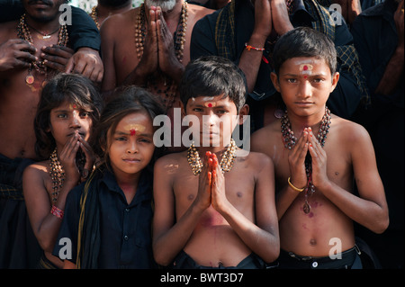 Les enfants indiens sur Ayappa pèlerinage. L'Andhra Pradesh, Inde