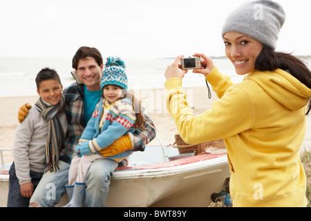 Mère de prendre Photo de famille sur la plage d'hiver Banque D'Images