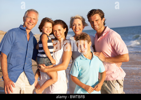Portrait, Three Generation Family On Beach Appartement De Vacances Banque D'Images