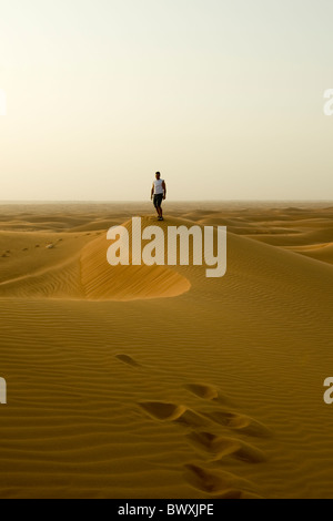 Homme debout sur le haut d'une dune de sable Banque D'Images