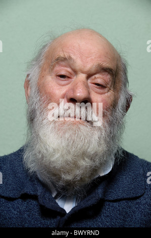 Portrait of caucasian isolés vieil homme chauve avec une longue barbe blanche Banque D'Images