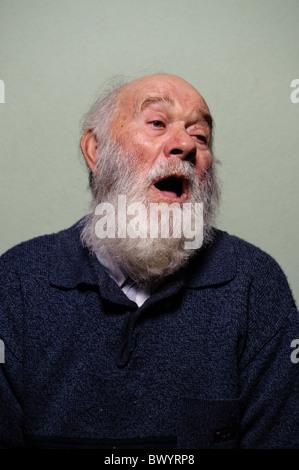 Portrait of caucasian isolés vieil homme chauve avec bouche ouverte et longue barbe blanche Banque D'Images