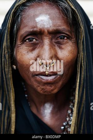 Vieille Femme indienne sur Ayappa pèlerinage à Puttaparthi, Andhra Pradesh, Inde