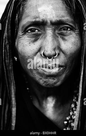 Vieille Femme indienne sur Ayappa pèlerinage à Puttaparthi, Andhra Pradesh, Inde. Monochrome