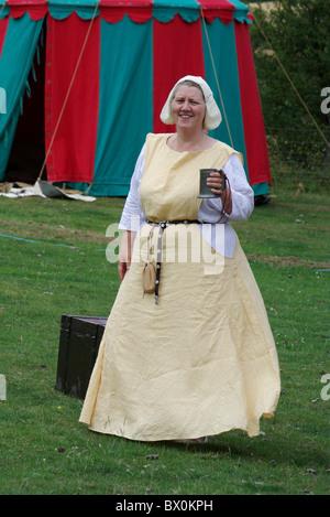 Dame en costume médiéval tenant une chope de bière à une histoire fayre dans Grafton Regis, Northamptonshire, Angleterre Banque D'Images