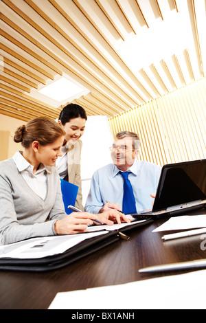 Photo de groupe d'activité sympathique assis au bureau sur les lieux de travail et de planification Banque D'Images