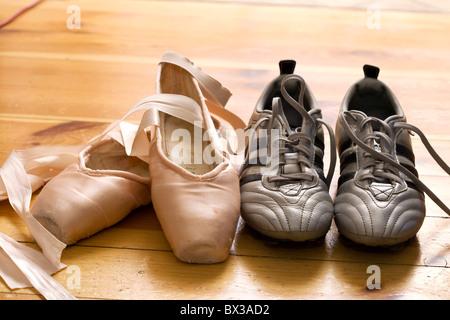 Still Life de chaussons de danse et chaussures de foot Banque D'Images