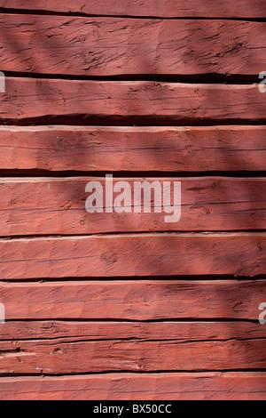 Vieux mur de la cabine en rondins, peint avec de la peinture ocre rouge , Finlande Banque D'Images