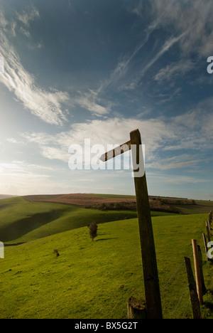 Rolling Green Hills avec sentier sign Banque D'Images