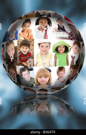 Image Portrait ball sur fond bleu abstrait rempli de divers portraits d'enfants. Banque D'Images