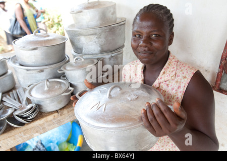 Une femme vend des ustensiles et de la vaisselle dans un petit magasin à Kakata, au Libéria, en Afrique de l'Ouest. Banque D'Images
