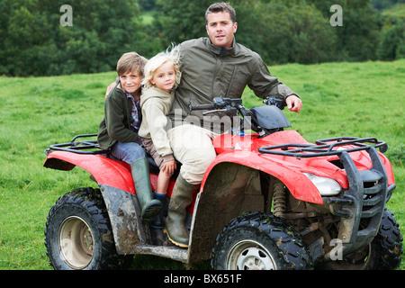 Père et Enfants sur quad Banque D'Images
