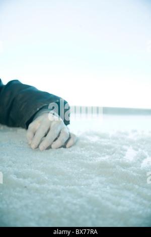 Main congelé allongé sur la neige et la glace. emplacement extérieur, Banque D'Images