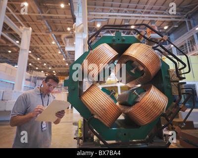 Chercheur scientifique inspecte l'aimant d'accélérateur Banque D'Images