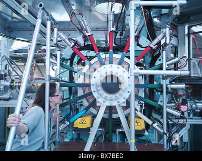 Accélérateur de particules scientifique inspecte Banque D'Images