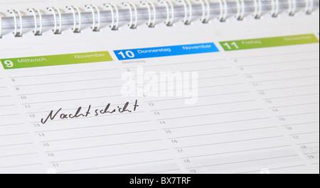 Un calendrier standard. Le terme allemand Nachtschicht est marquée. (Anglais: Quart de nuit)