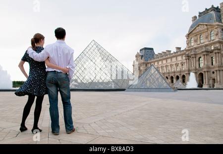 Couple voir le Louvre paris Banque D'Images