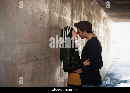 Couple kissing in tunnel Banque D'Images