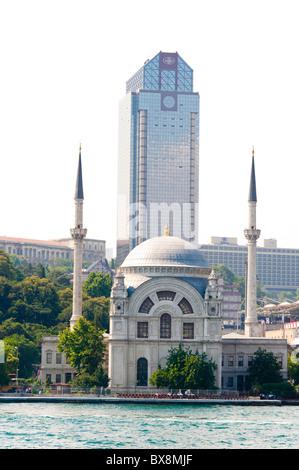 Mosquée Dolmabhace sur la rivière Bosphore banques, Istanbul Turquie Banque D'Images