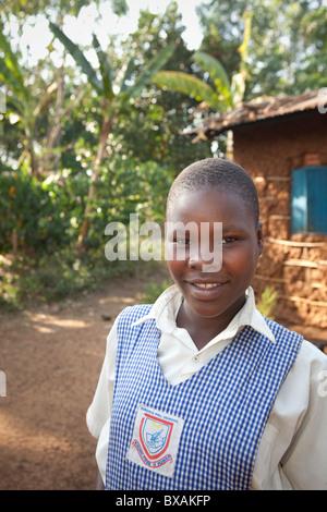 L'école d'une jeune fille se tient devant son domicile à Buwanyanga - Village, Sironko est de l'Ouganda, l'Afrique Banque D'Images