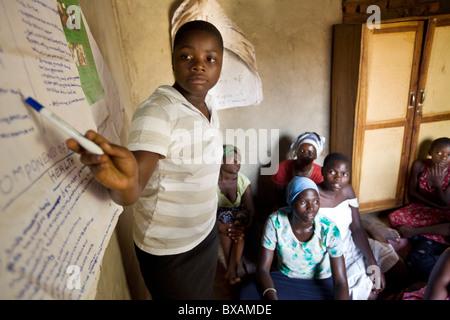 Une adolescente assiste à un programme de l'adolescent des filles en Igamba, village du district de Iganga, est Banque D'Images