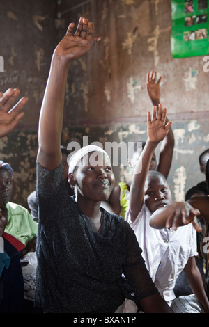 Adolescentes assister à un programme de développement de l'adolescent dans le district de Jinja, l'Est de l'Ouganda, Banque D'Images