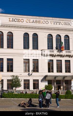 Les élèves en face de Liceo Classico Vittorio Emanuele II high school à Piazza Indipendenca square Palerme Sicile Banque D'Images