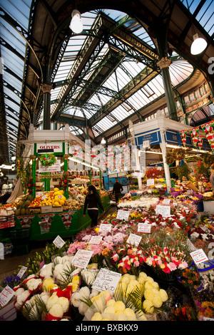 Royaume-uni, Angleterre, dans le Yorkshire, Leeds, Nouveau Marché Kirkgate Market Street, intérieur, étals de marché à Noël