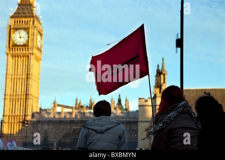 Tenir les manifestants en altitude un drapeau rouge 'Revolution' flag au cours de scolarité manifestation à Parliament Banque D'Images