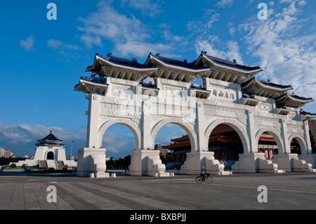 En Asie, Taiwan, Taipei, Chiang Kai Shek memorial hall arch daylight Banque D'Images