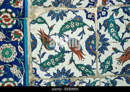 Carreaux dans la cour de l'Eyüp Sultan Camii, İstanbul, Turquie 100914 0135 Banque D'Images