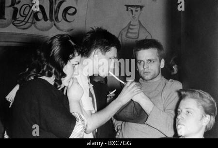 Kinski, Klaus, 18.10.1926 - 23.11.1991, acteur allemand, à un parti, dans les années 1950, Banque D'Images