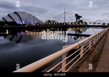 La SECC (Armadillo), cloches, Pont Finnieston Crane et Clyde Arc reflète dans la rivière Clyde alors que la nuit tombe sur Glasgow
