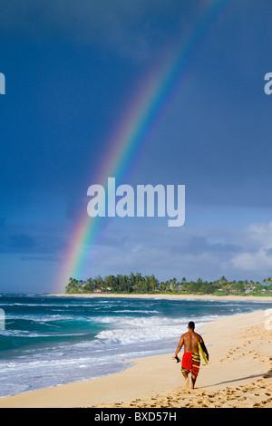 Un incroyable arc-en-ciel sur Rocky Point, sur la côte nord d'Oahu, Hawaii. Banque D'Images