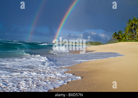 Un double arc-en-ciel plus de Rocky Point, sur la côte nord d'Oahu, Hawaii. Banque D'Images